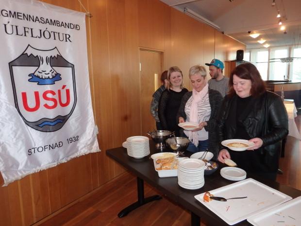 Sindrakonur við veitingaborðið. (Mynd: SÓJ)